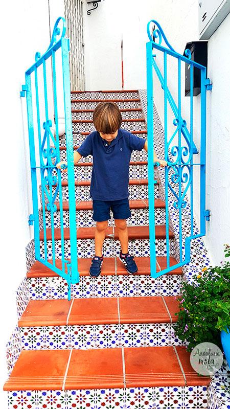 calles-bonitas-azulejos-puertas-mijas